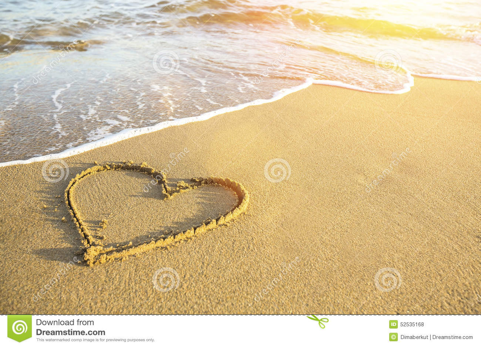 Coraz n dibujado en la arena de una playa del mar foto de for Arena de playa precio