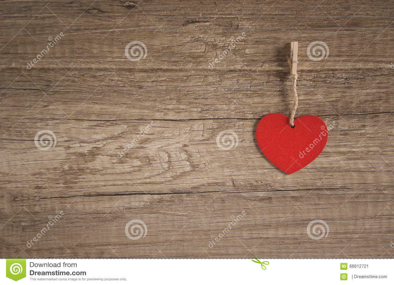 Corazón en fondo de madera