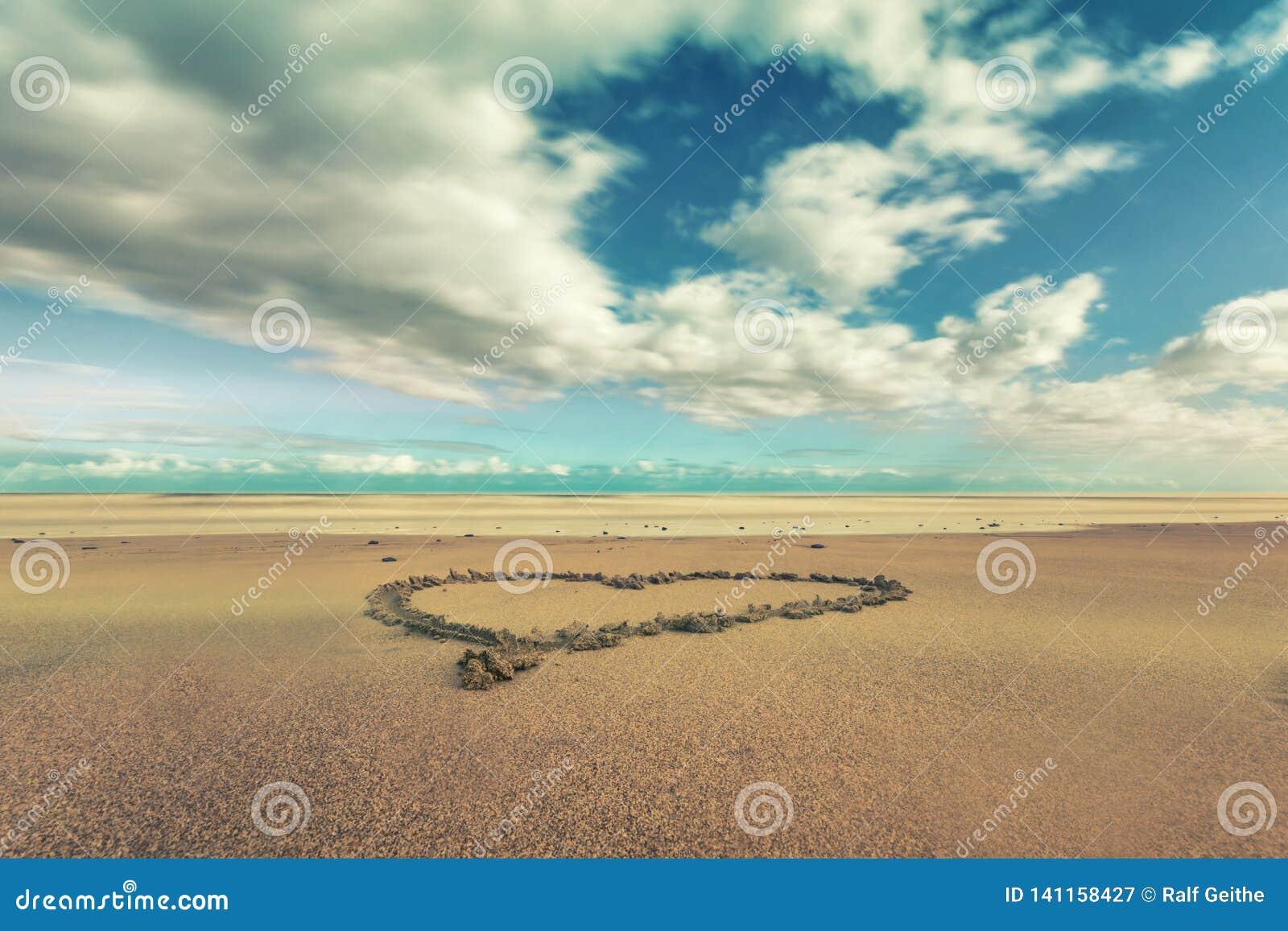 Corazón en la arena en la playa de Gran Canaria