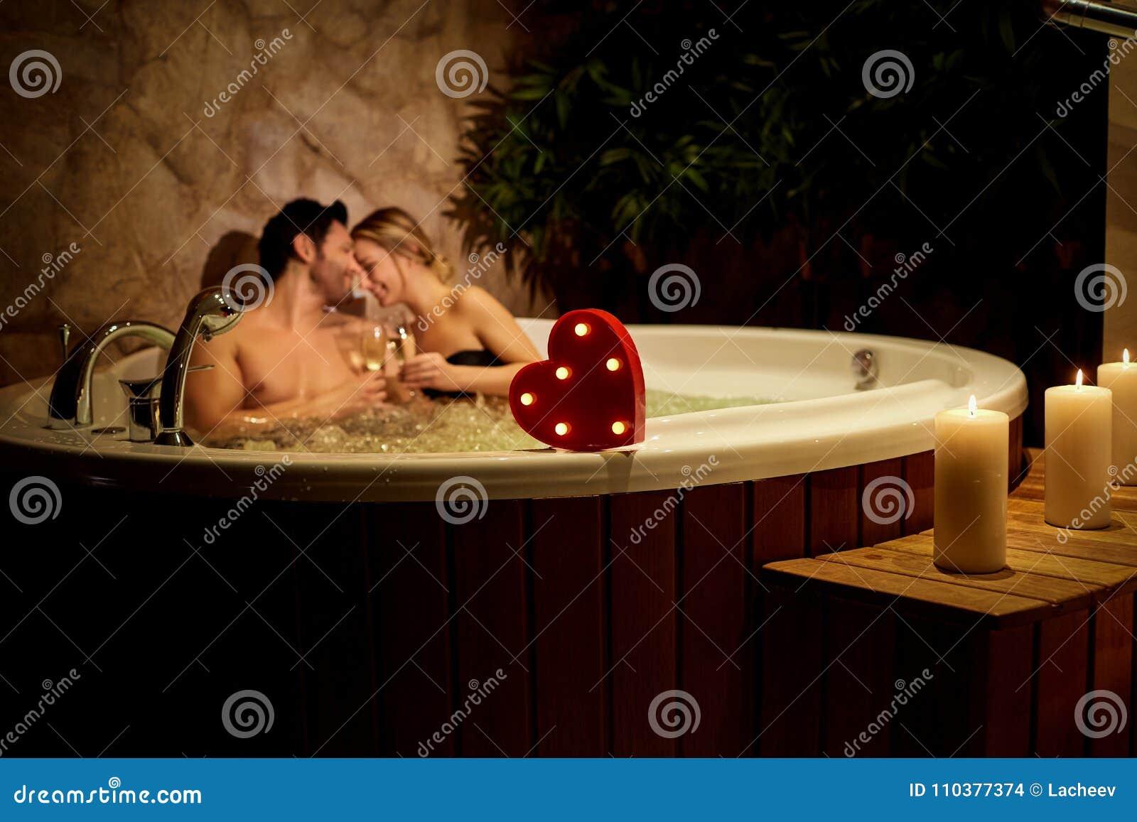 Corazón en un fondo de un par romántico con champán en