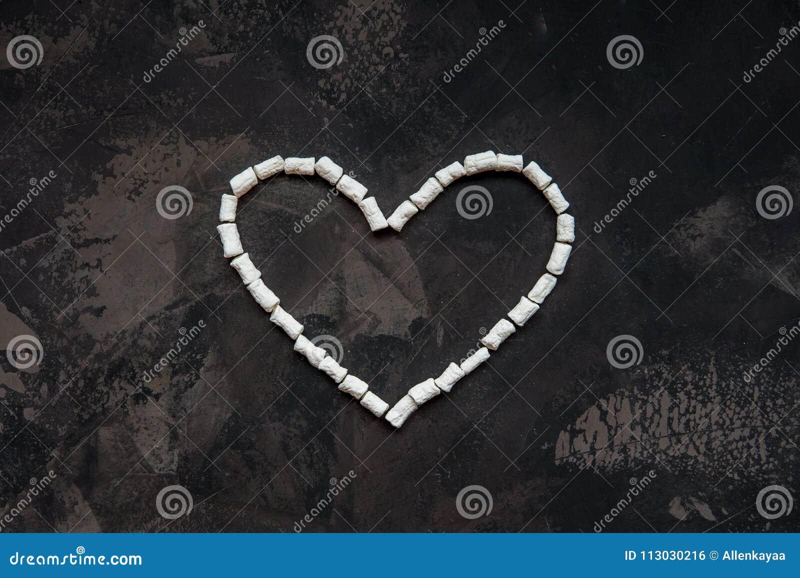 Corazón hecho de la melcocha blanca del corazón, decoración para el amor