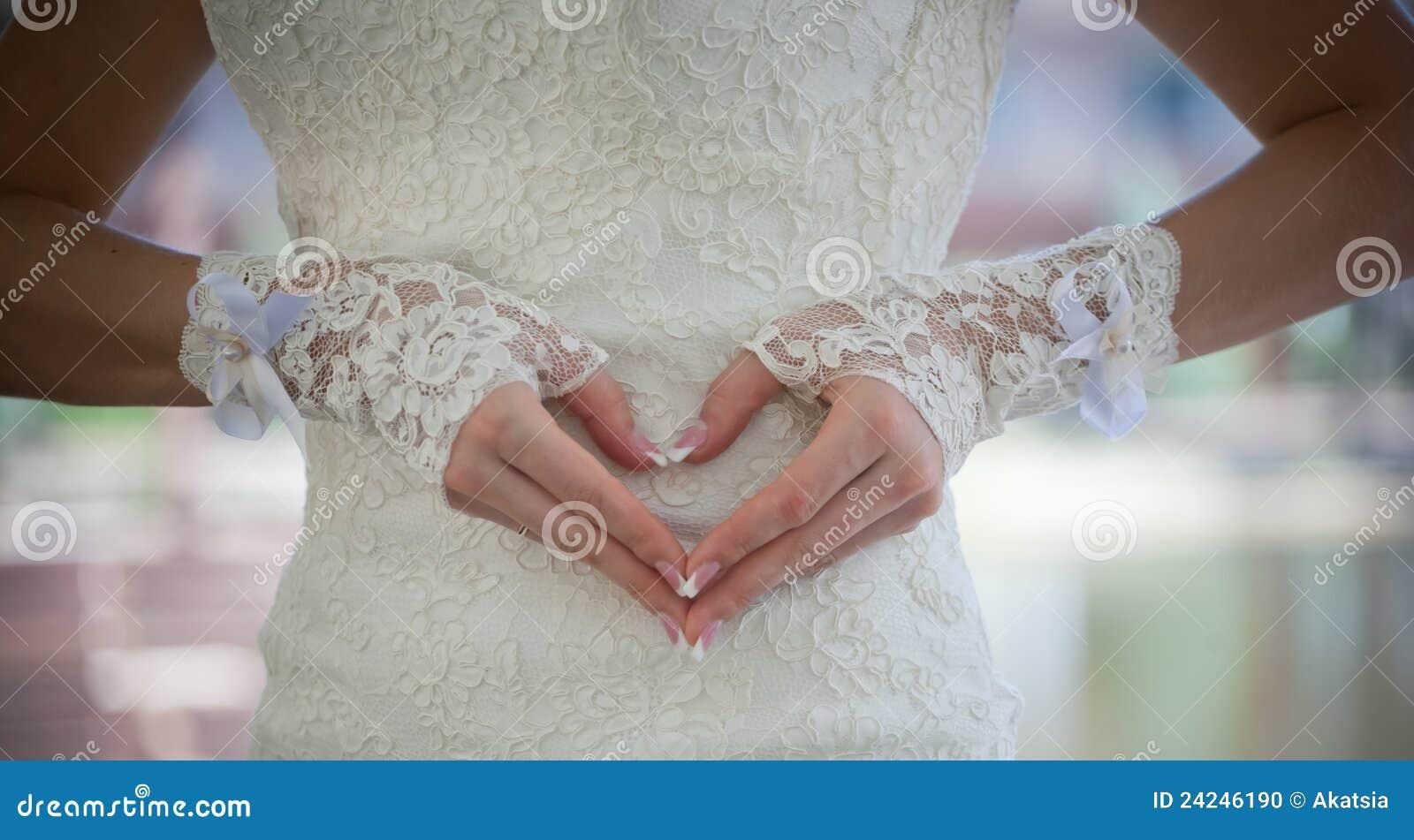 Corazón hecho de los dedos de las novias