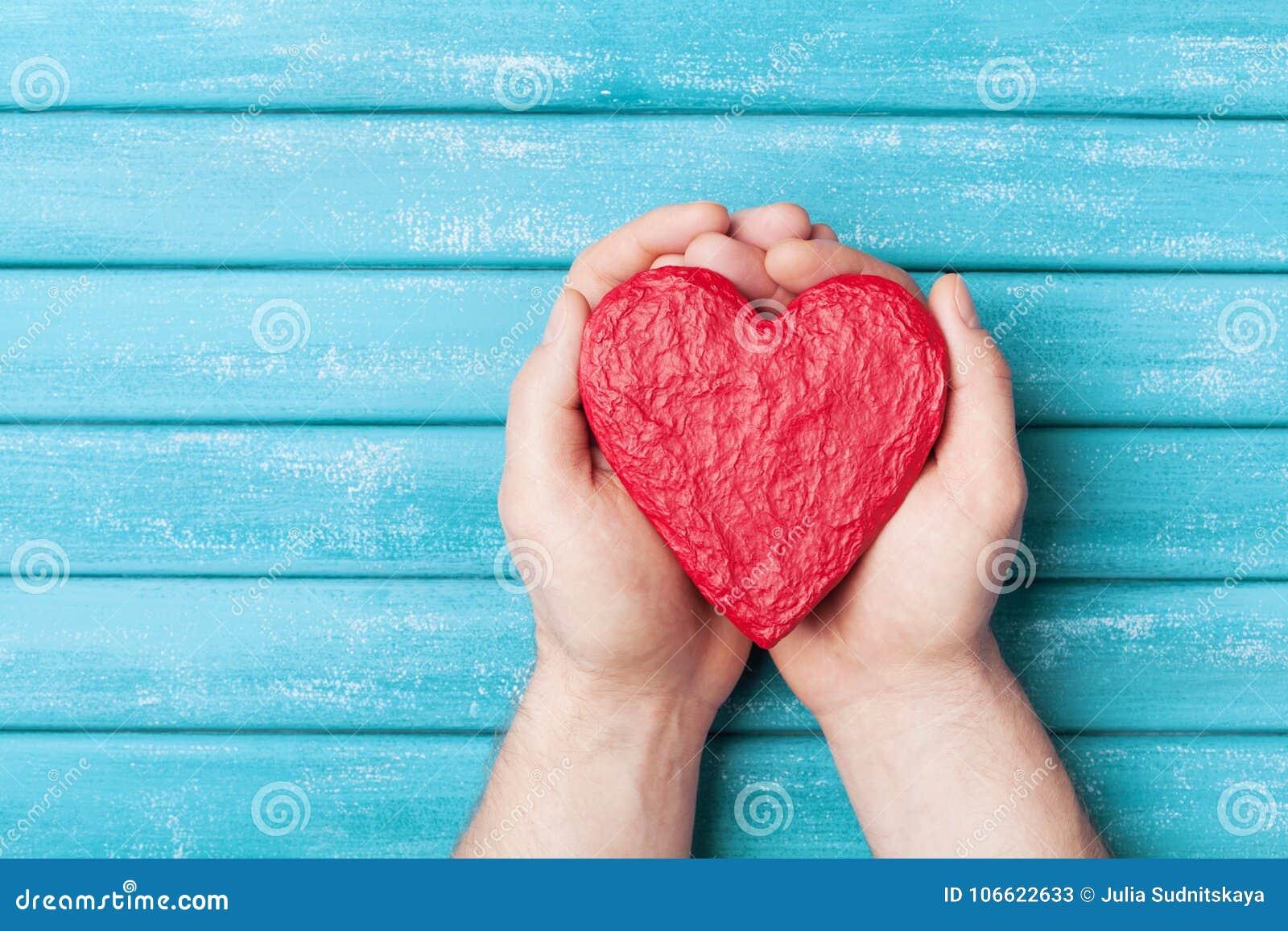 Corazón rojo en la opinión superior de las manos Concepto sano, del amor, del órgano de la donación, del donante, de la esperanza