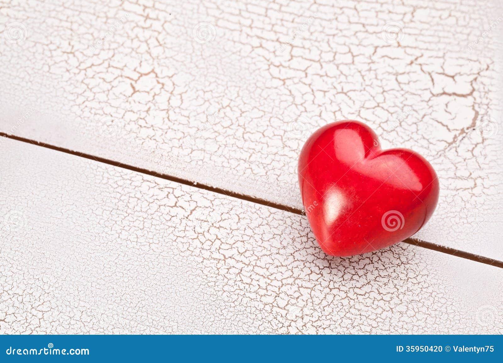 Corazón rojo en una tabla de madera.
