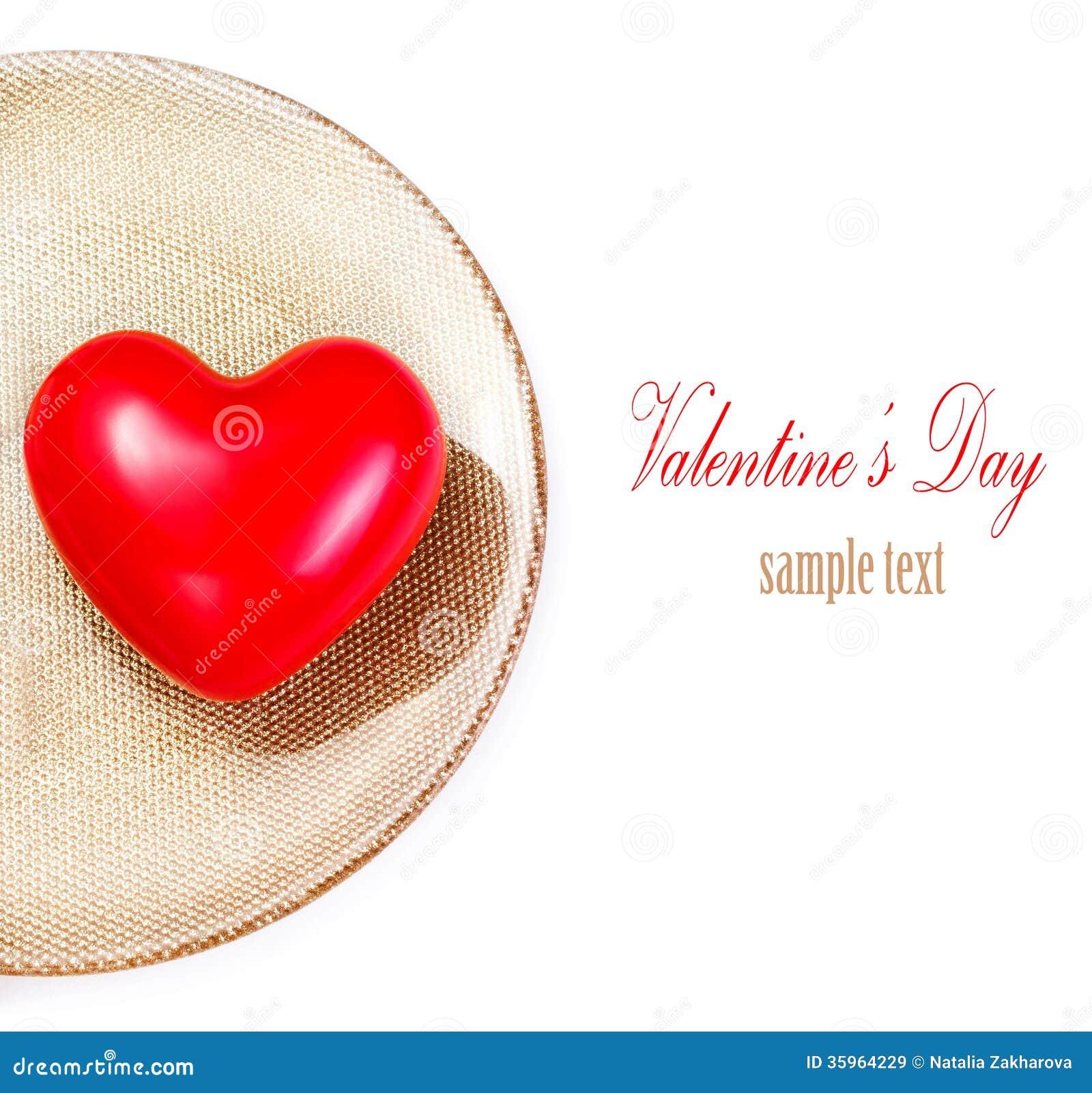 Corazón rojo grande en una placa de oro aislada en blanco con r festivo