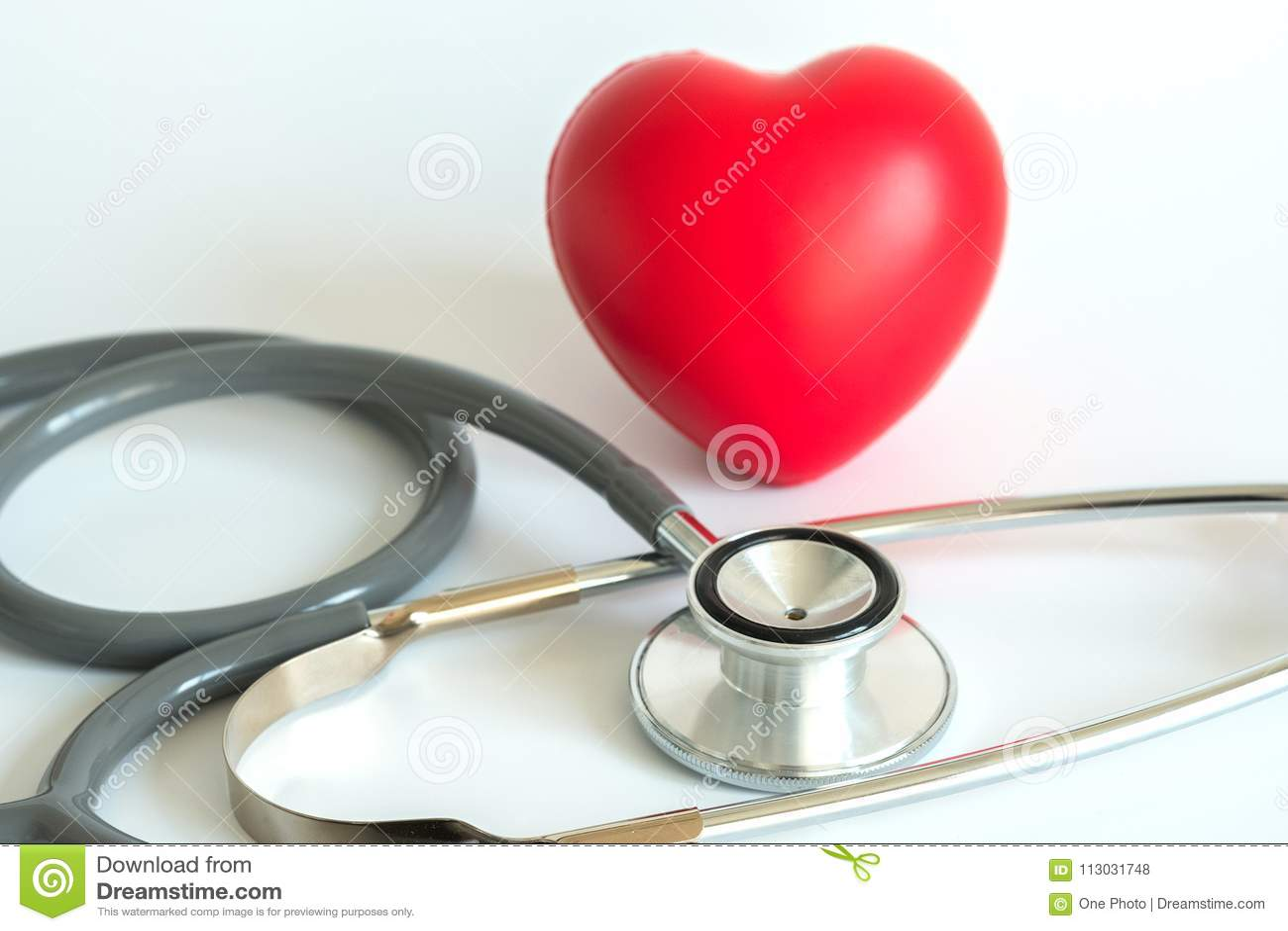 Corazón rojo y una atención sanitaria del equipamiento médico del estetoscopio médica