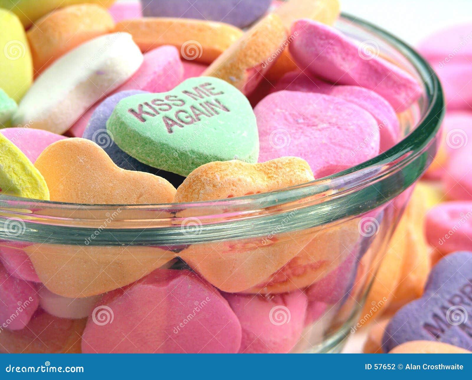 Corazones del caramelo en un plato