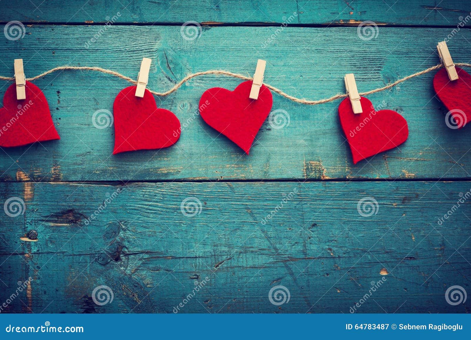 Corazones del día de tarjetas del día de San Valentín en fondo de madera