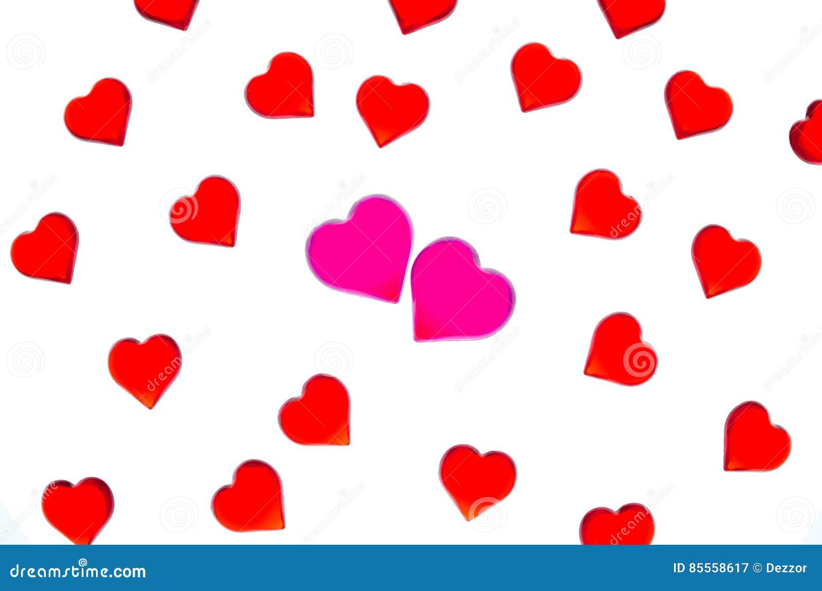 Corazones rojos brillantes en un fondo rayado con dos corazones rosados Para utilizar día del ` s de la tarjeta del día de San Va