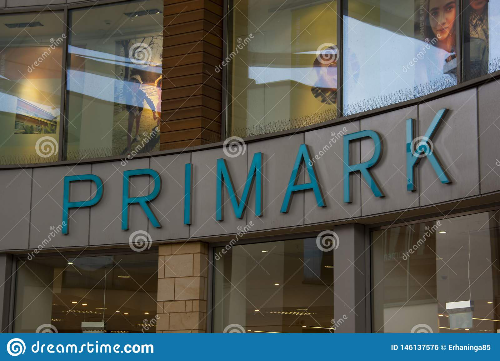Corby, Ηνωμένο Βασίλειο 29 Απριλίου, 2019 - Primark, λογότυπο από το εξωτερικό κατάστημα Τα σημαντικότερα λιανικά λειτουργούντα κ