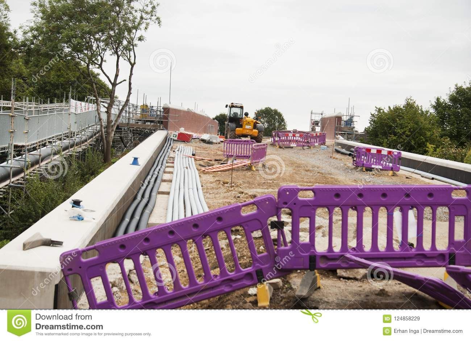 Corby, Ηνωμένο Βασίλειο - 29 Αυγούστου 2018: Επισκευή γεφυρών Υποστήριξη Metallicheskie της γέφυρας Εκτελεσμένη σχεδιασμένη εργασ