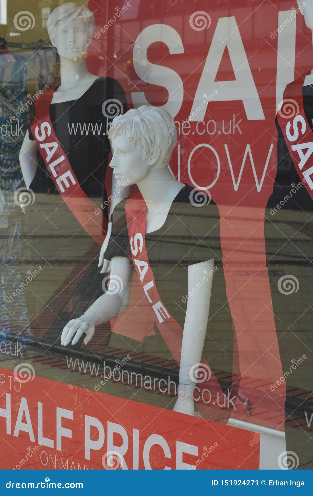 Corby, u K , 20-ое июня 2019 - манекен в окне магазина с надписью продажи Продажи времени одежды моды fot