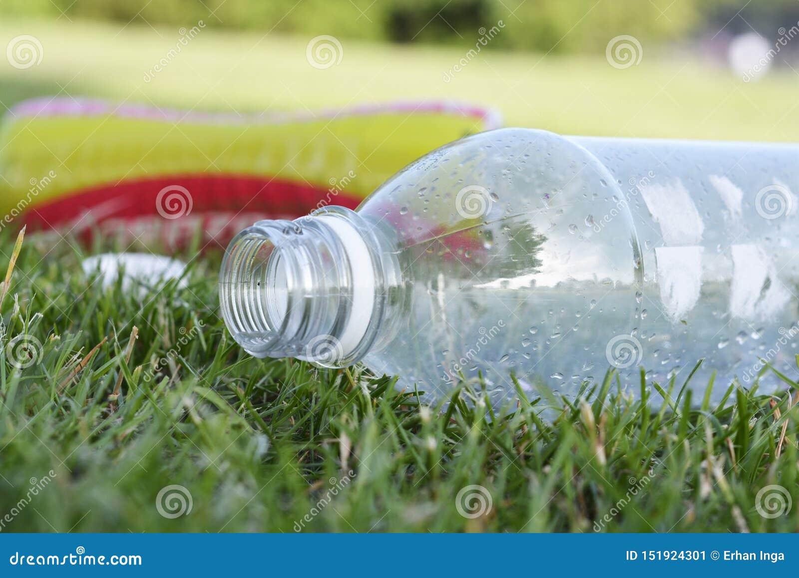 Corby, U K , El 29 de junio de 2019 - basura plástica vacía en la hierba, basura cero, planeta de ahorro de las botellas