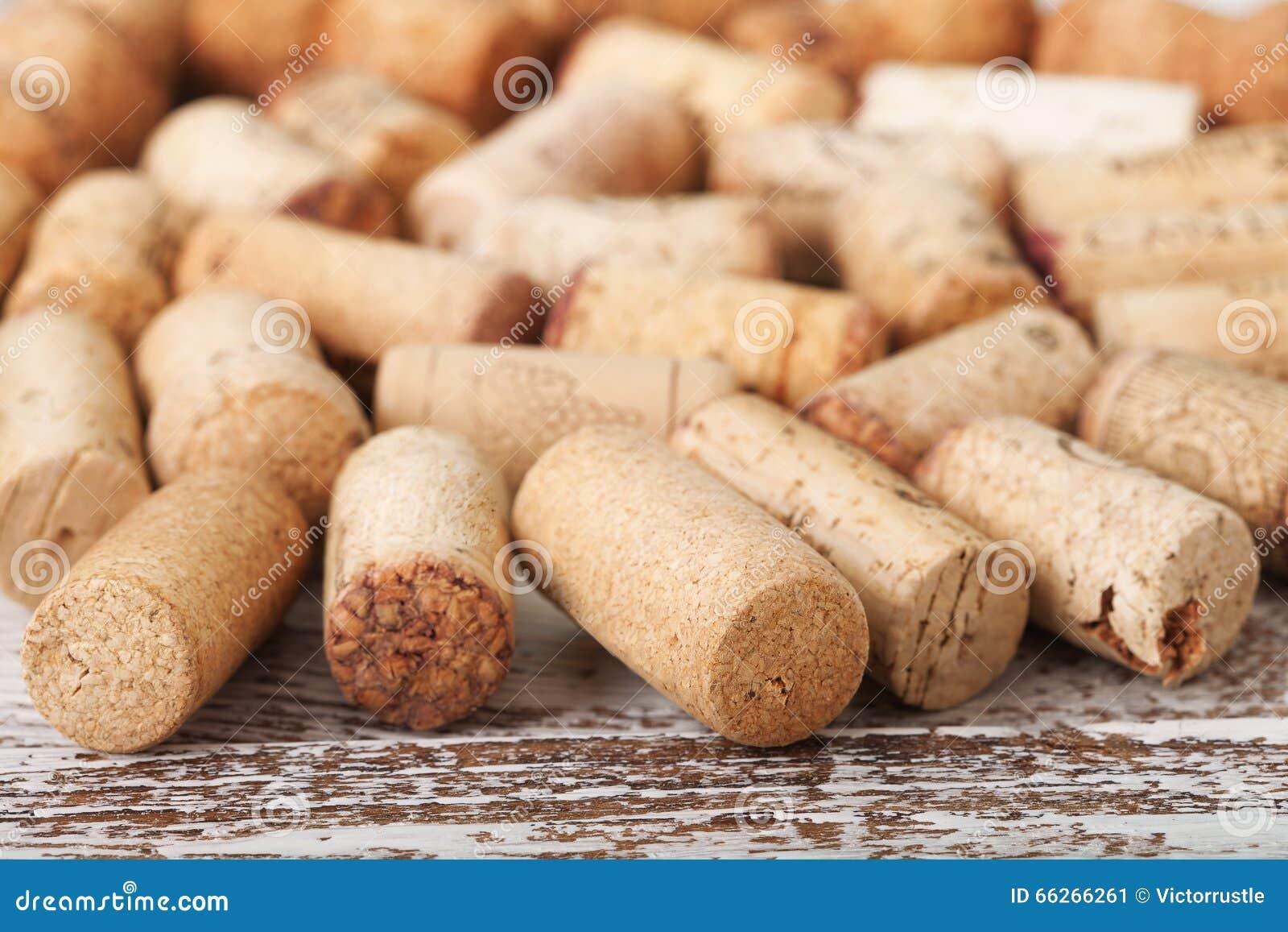Corchos del vino como fondo, foco selectivo
