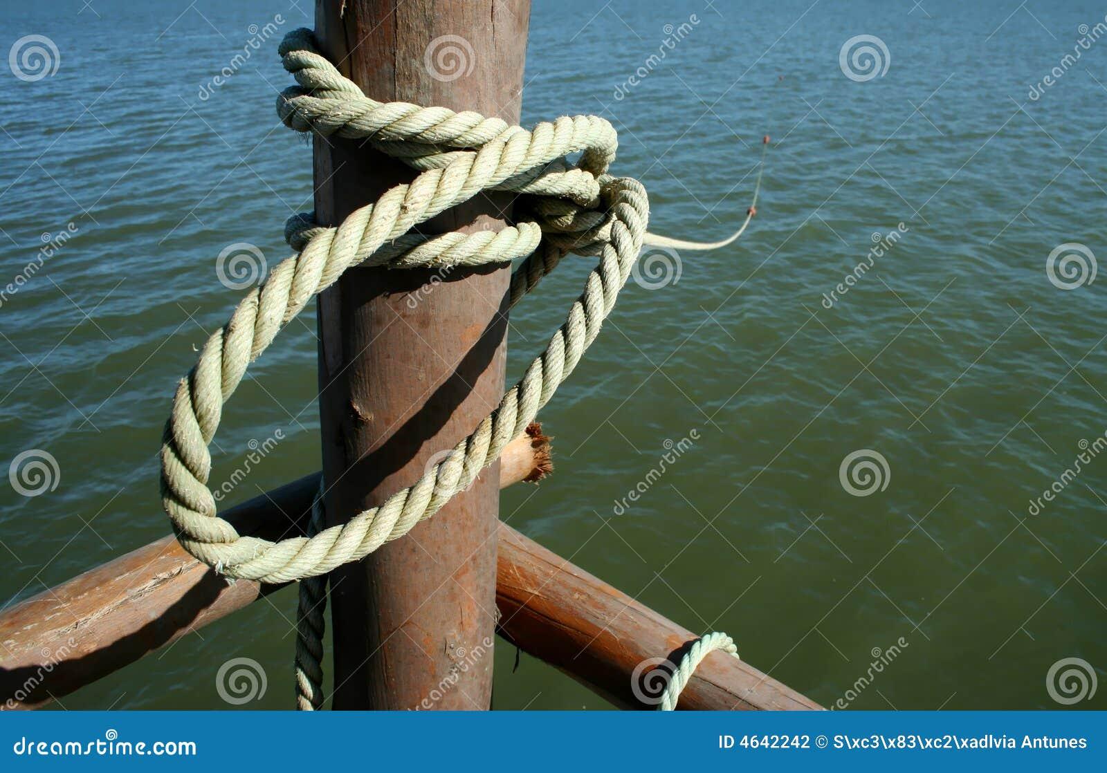 Corda amarrada a um pólo marinho