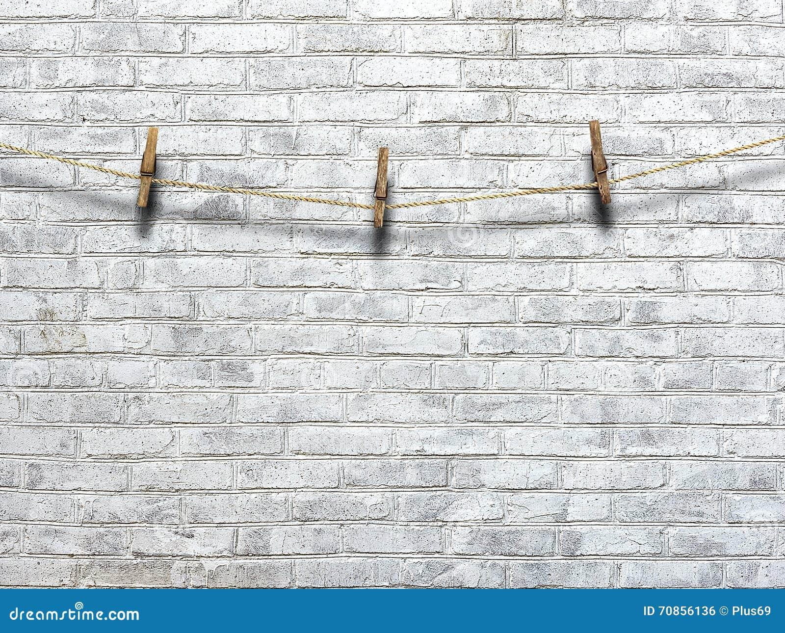 corde linge avec des pinces linge sur un fond d 39 un mur de briques photo stock image 70856136. Black Bedroom Furniture Sets. Home Design Ideas