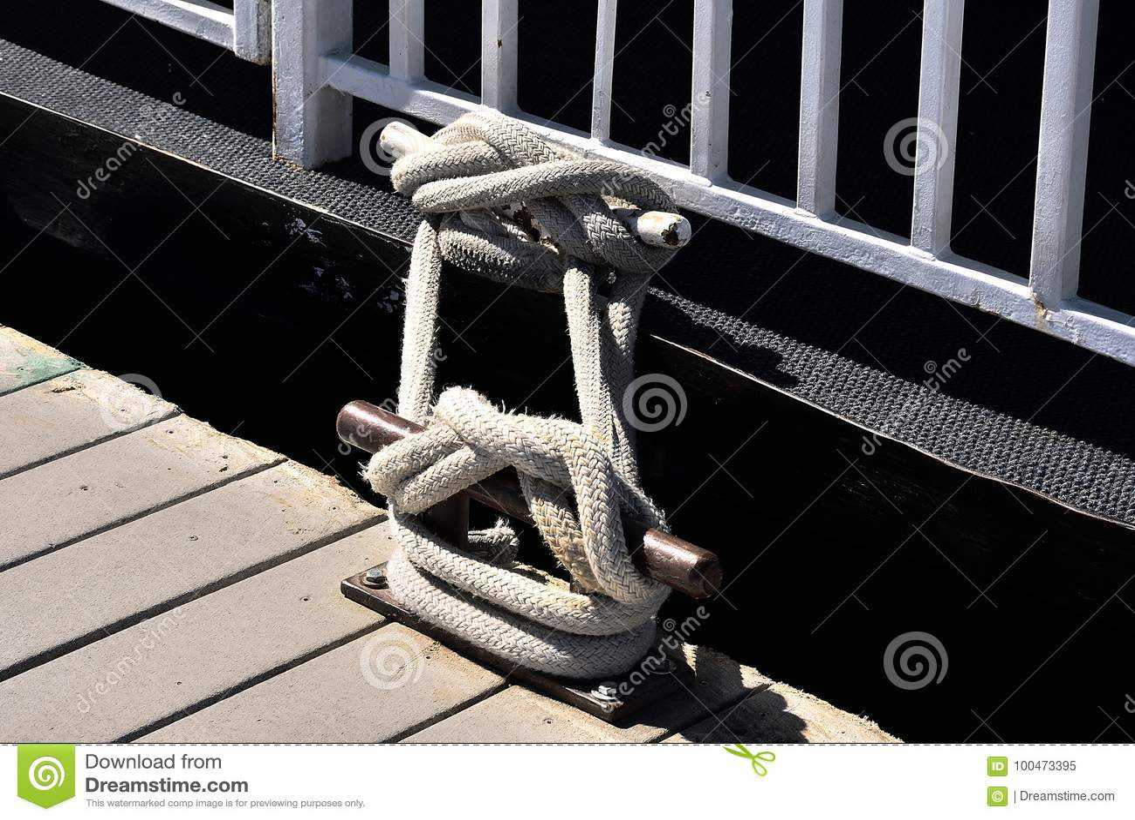 Corde nouée à un pilier Avec la borne