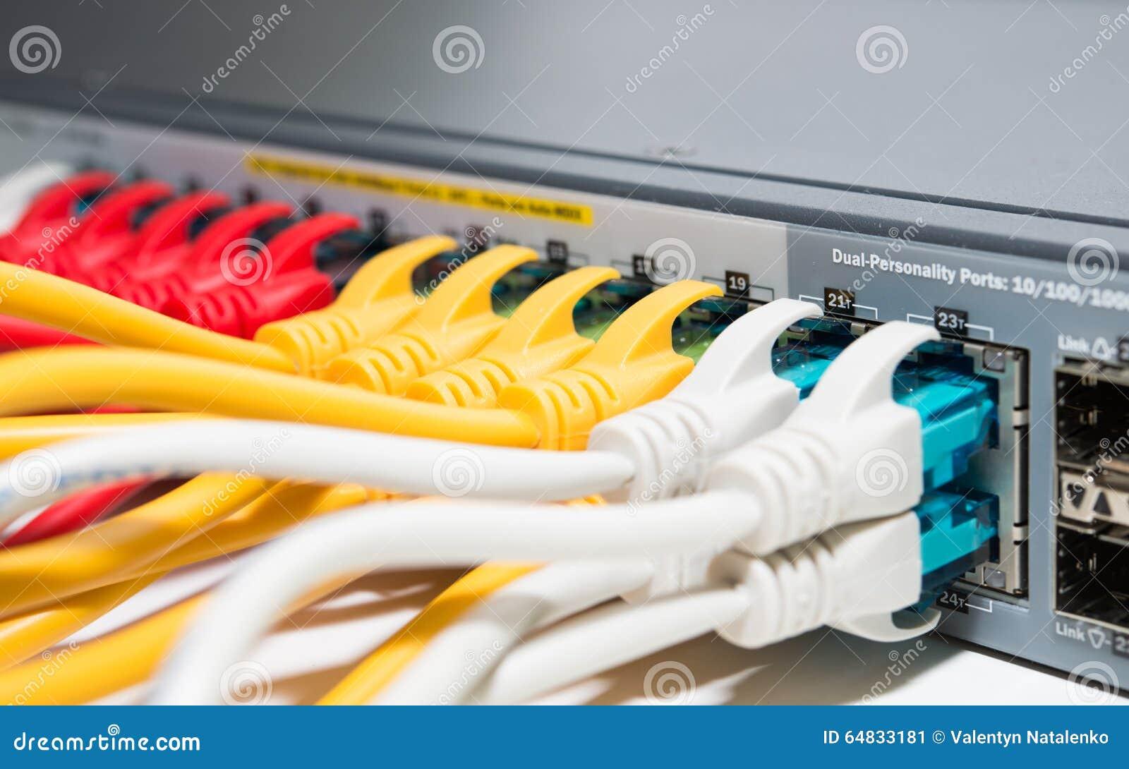 Cordes de raccordement reliées au routeur