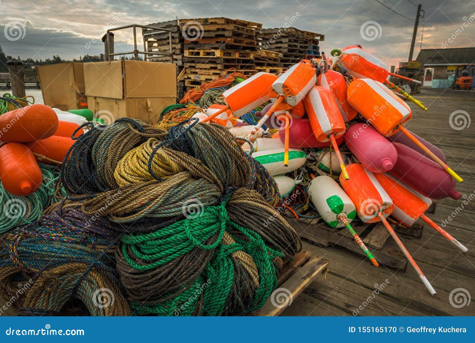 Cordes et balises sur le dock de pêche de homard