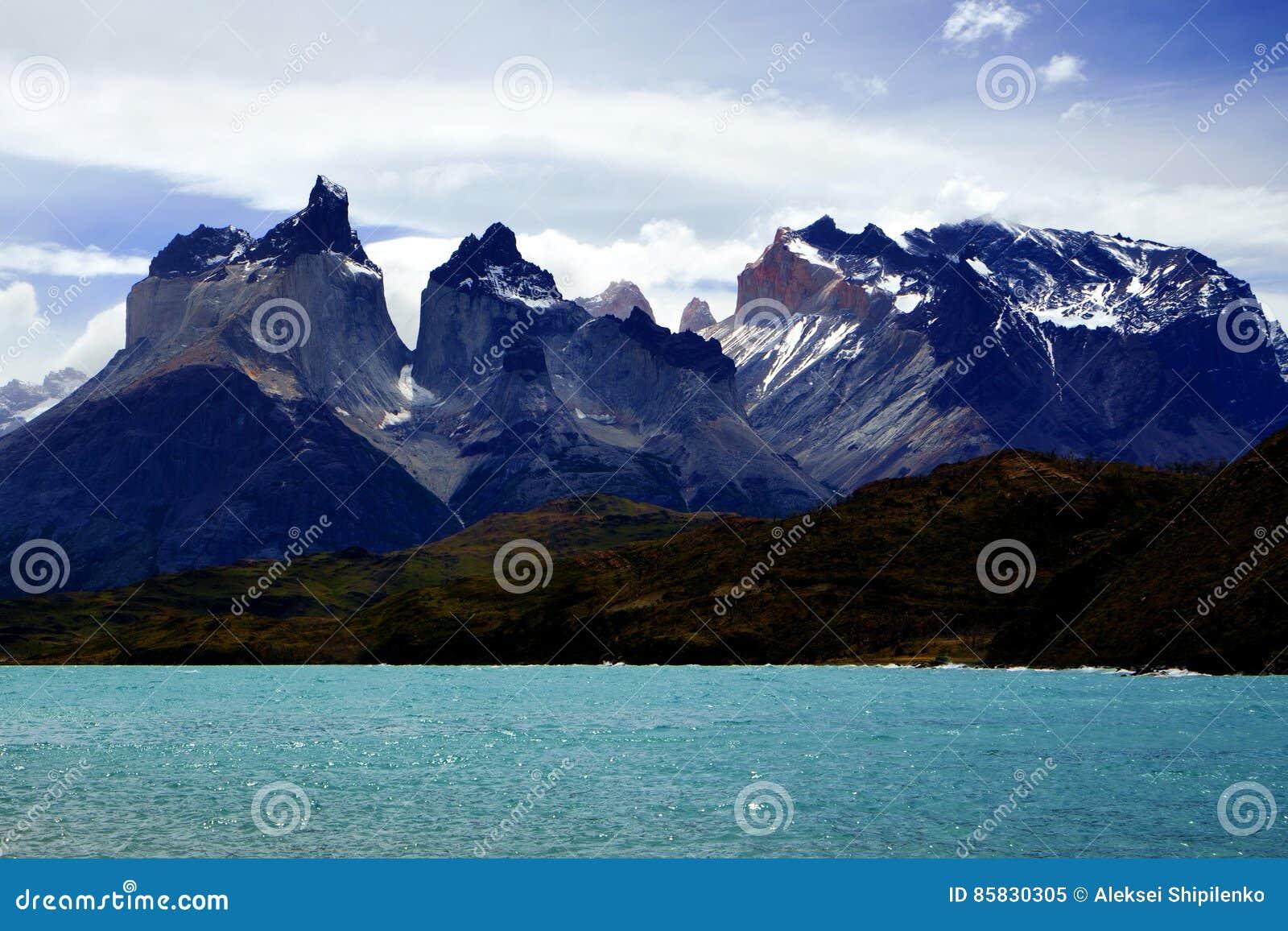 Cordillère Paine et lac Pehoe en parc national de ` de Torres del Paine de `