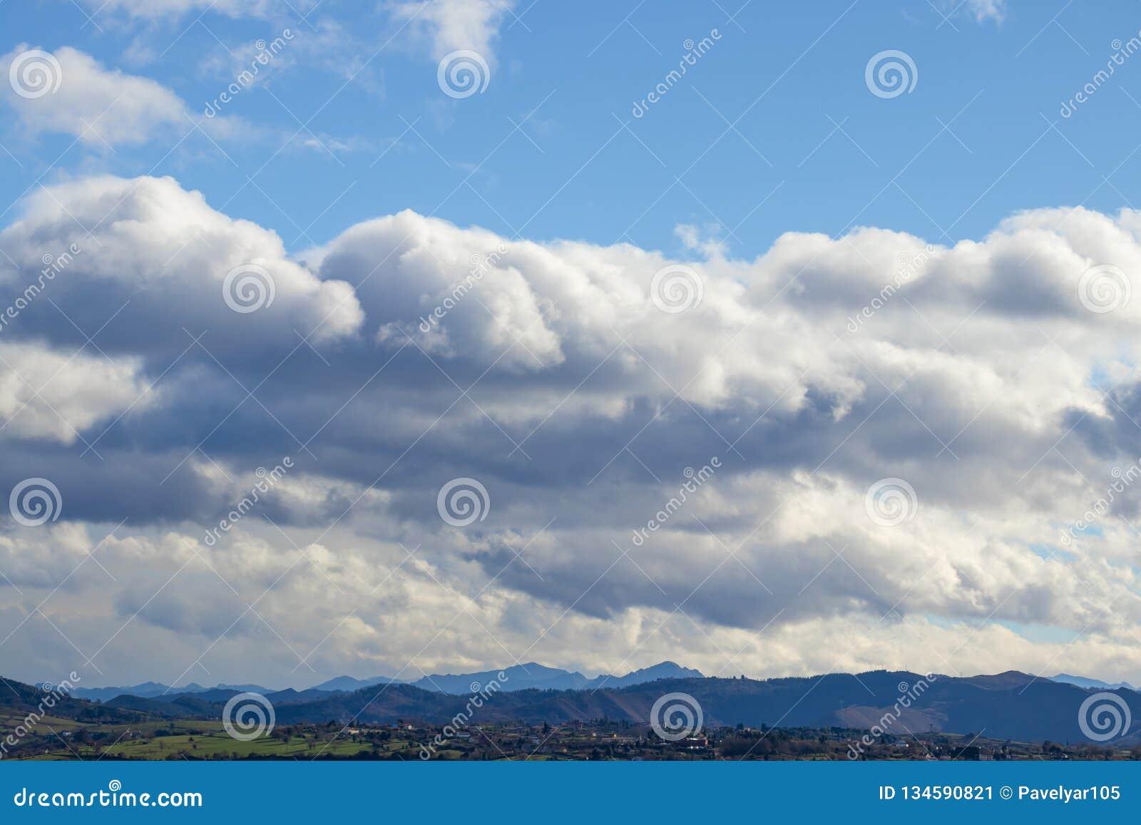 Cordillera en tiempo claro en nubes de lluvia que ponen en contraste antes de la lluvia