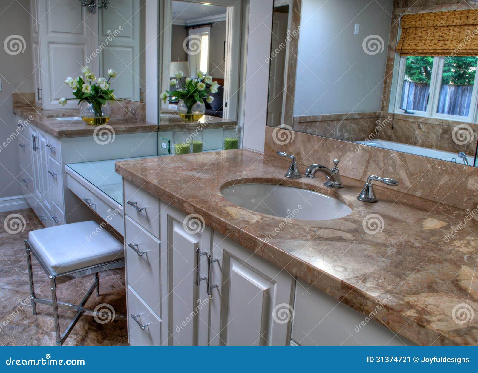 Este é um banheiro bonito e contempary com grandes áreas da vaidade  #3A6291 1300 1032