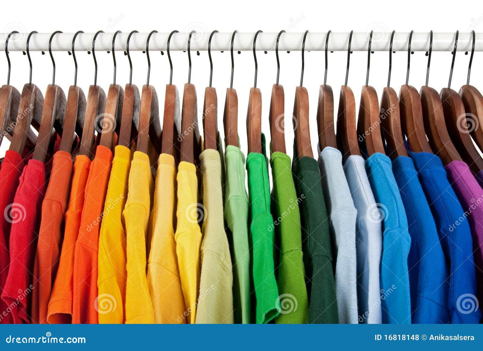 Cores do arco-íris, roupa em ganchos de madeira
