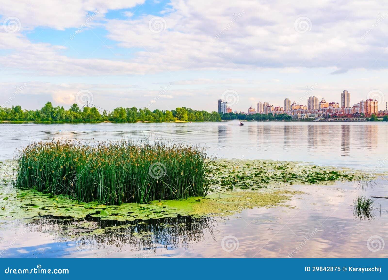 Fim da tarde no rio de Dnieper em Kiev