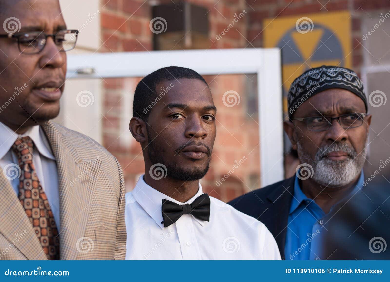 Corey Long met advocaten Malik Zulu Shabazz en de Arrestatie van Jeroyd Greene bij Charlottesville-Arrondissementsrechtbank