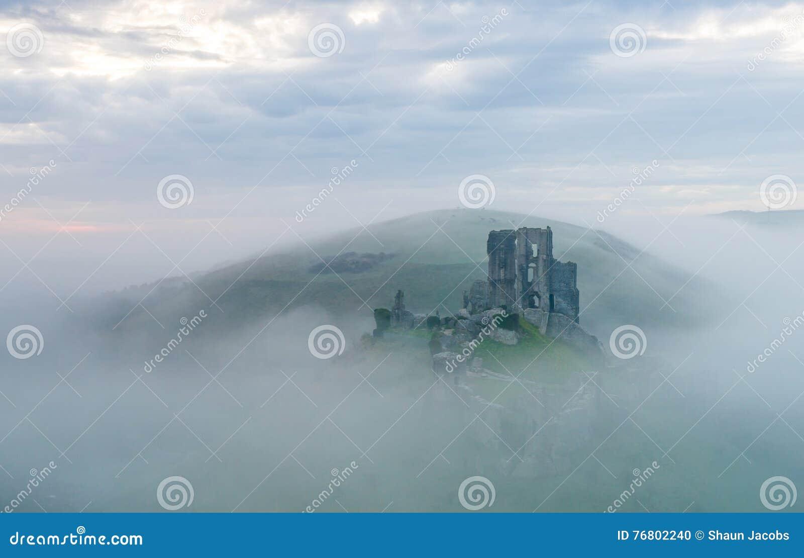 Corfe slott på en dimmig morgon