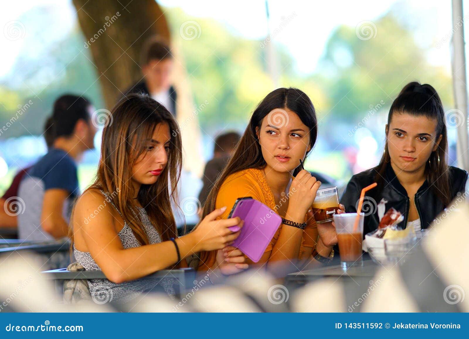 Corfu, Grecja, Październik 18, 2018, sceny życie codzienne w centrum miasta