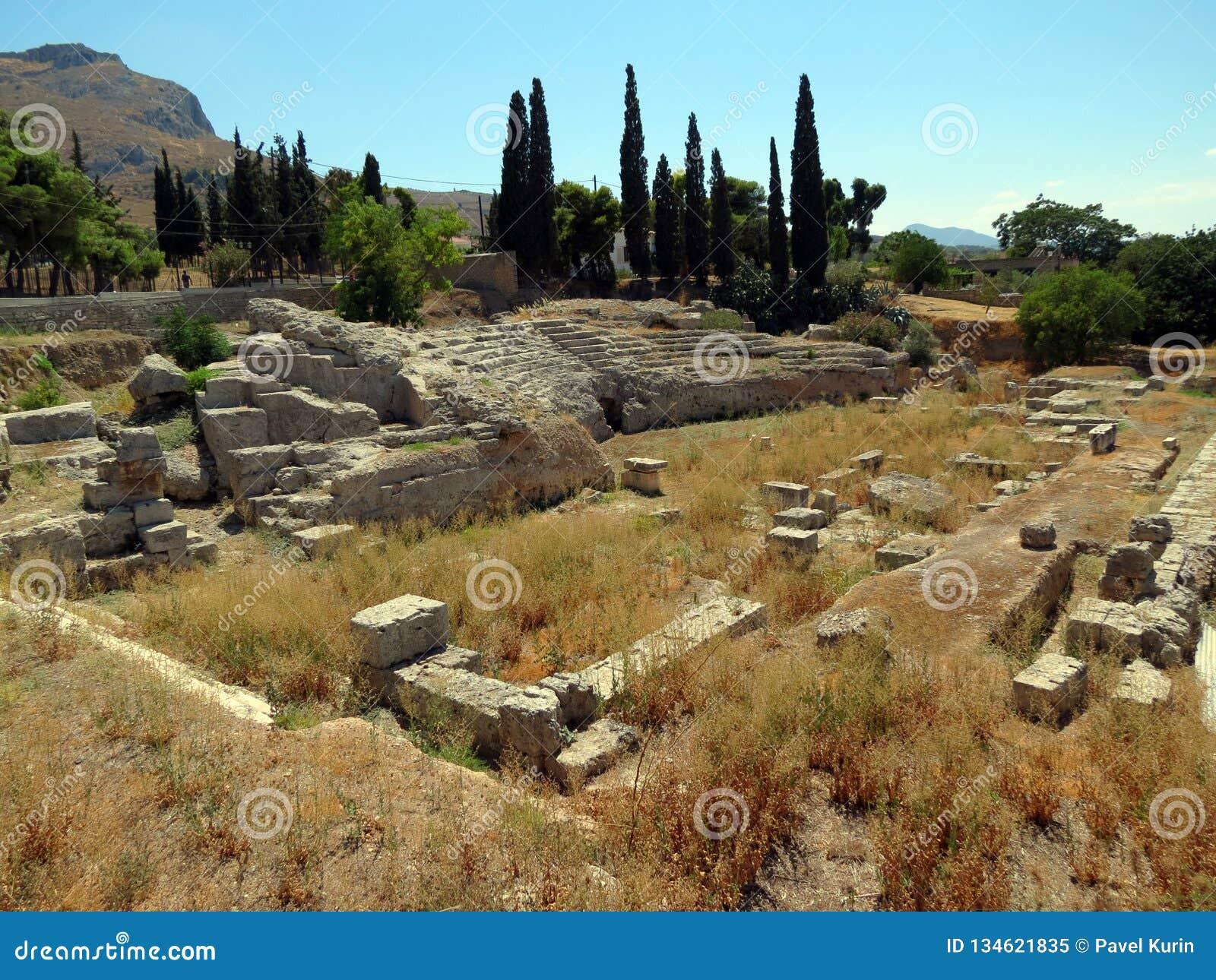 Corinth, anfiteatro antigo cercado pelas ruínas