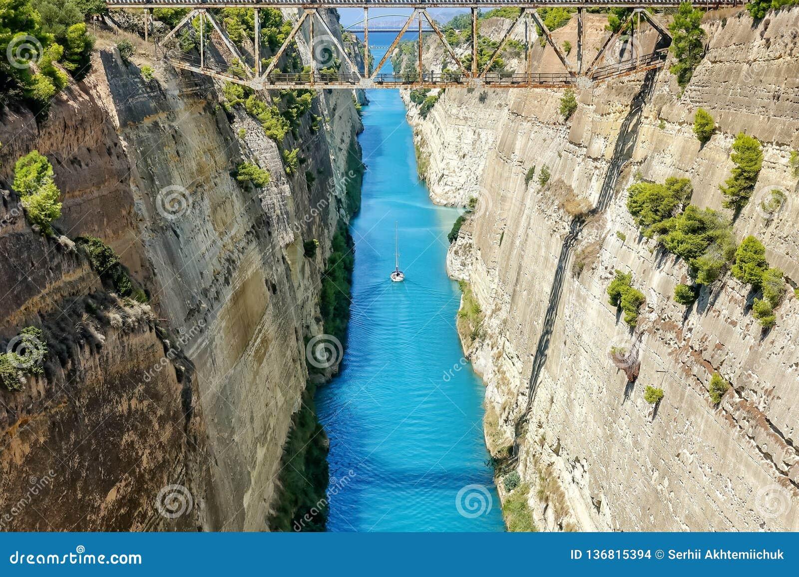 Corinth kanal i Grekland i en sommardag