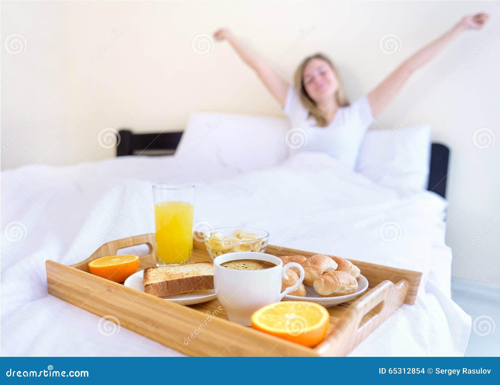 Cornflakes азиатских хлопьев завтрака кровати предпосылки красивейших кавказских китайские есть наслаждающся женской счастливой и