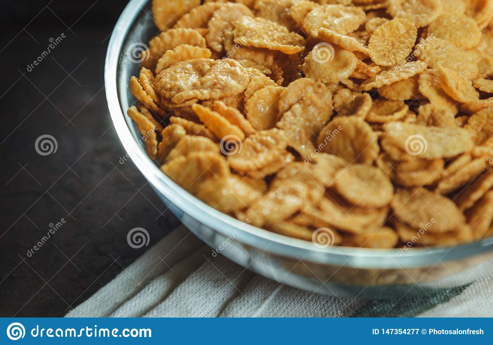 Cornflakes dans la cuvette sur la table avec la serviette