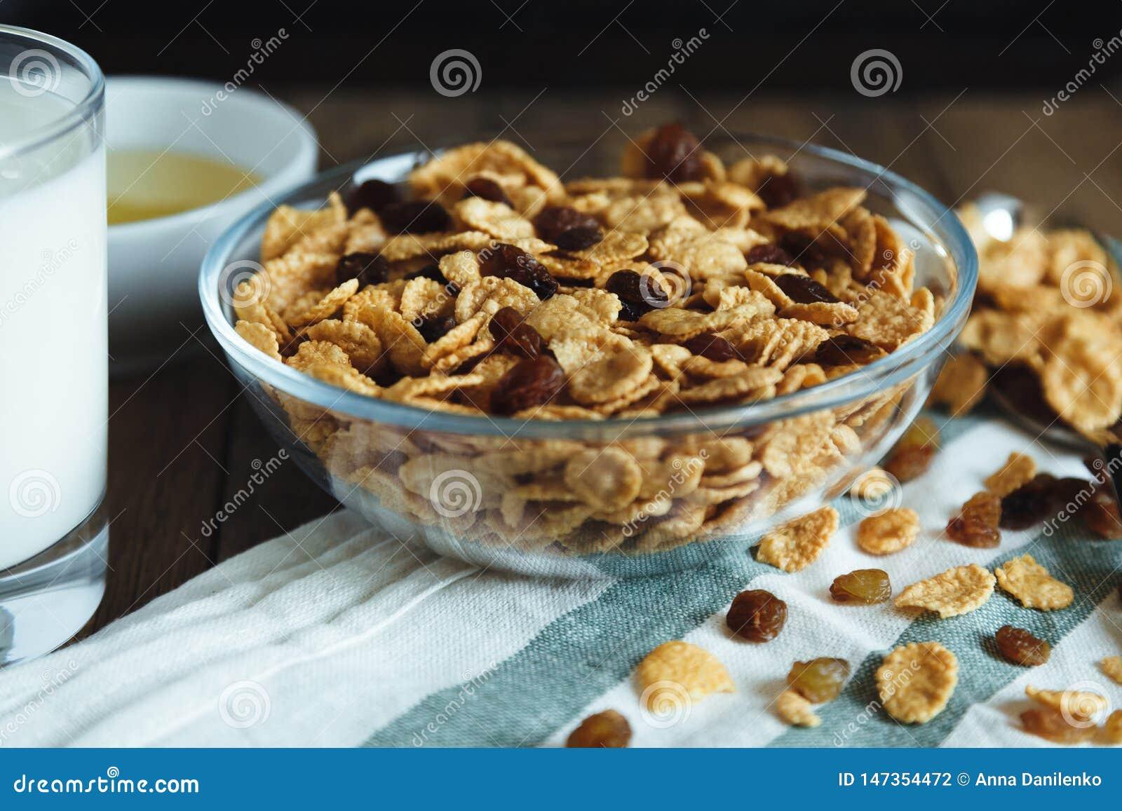 Cornflakes med russin i bunke på en trätabell