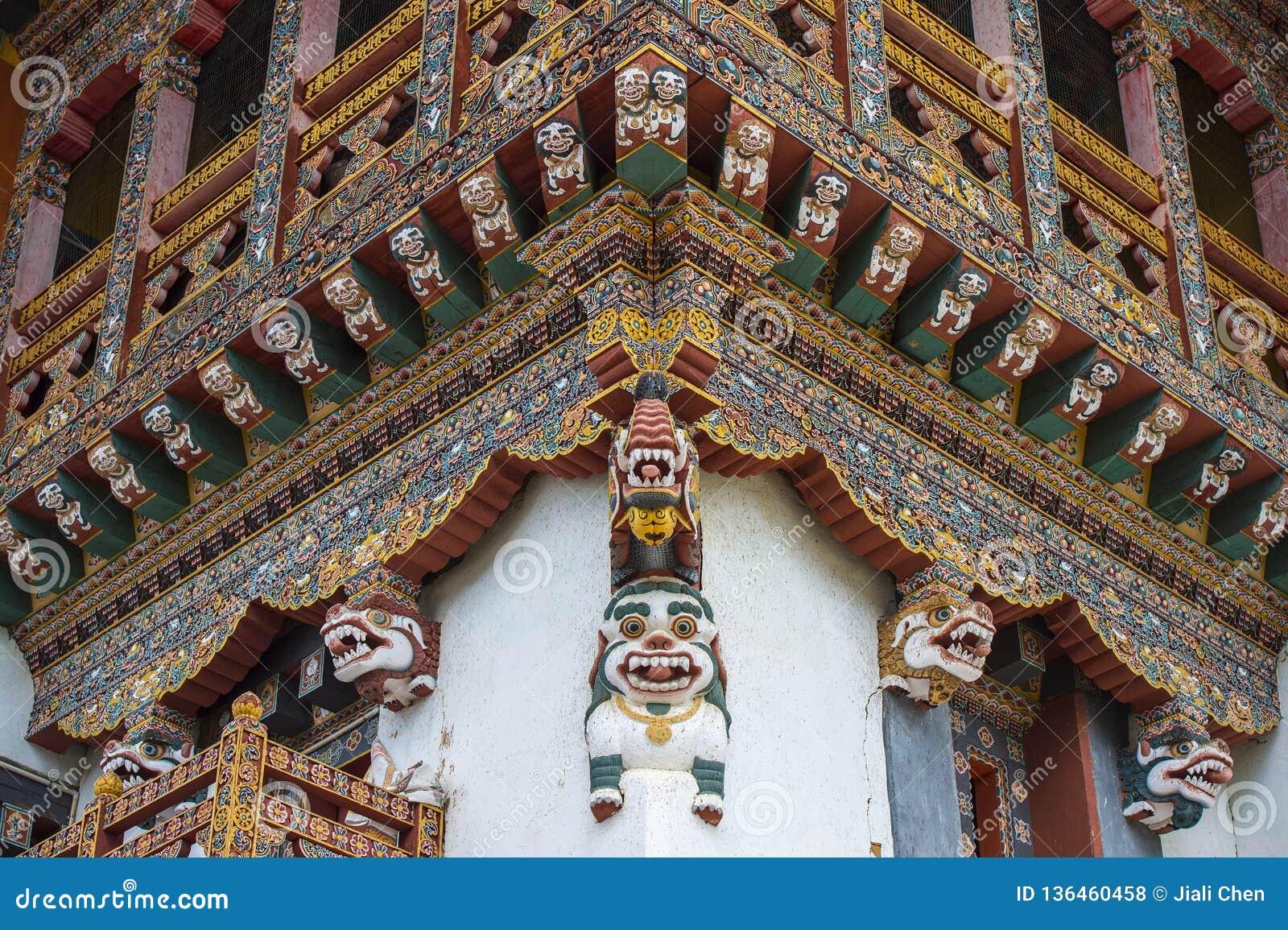 Corniche de découpage en bois bhoutanaise de monastère, lions de neige, Bhutan
