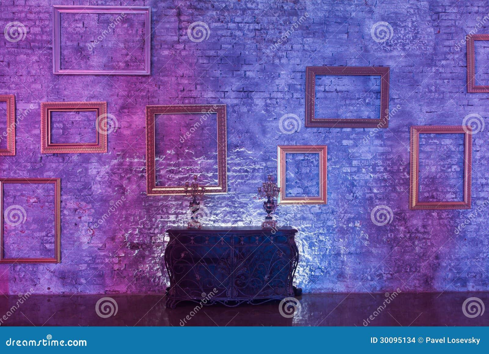 Cornici vuote sulla parete e sul torace immagini stock for Cornici muro