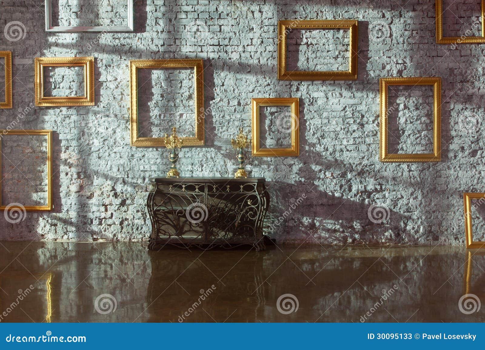 Cornici vuote sul muro di mattoni fotografie stock for Cornici muro
