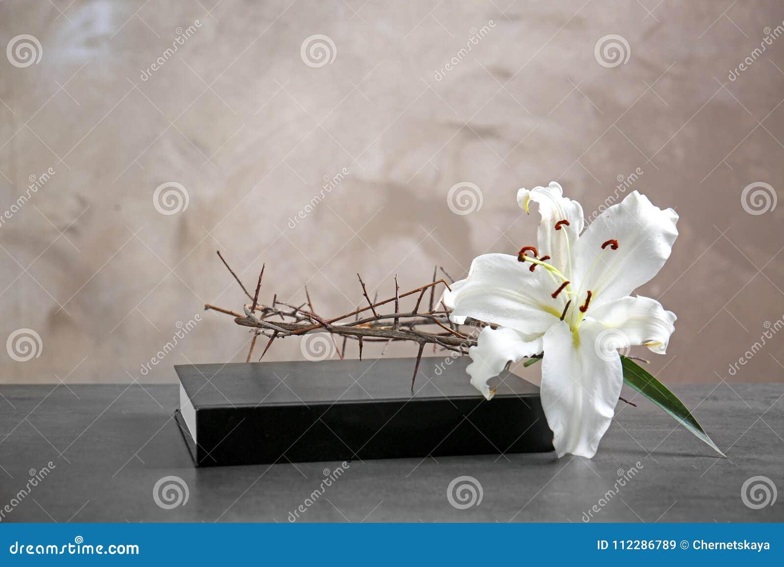 Coroa de espinhos, do lírio branco e da Bíblia Sagrada