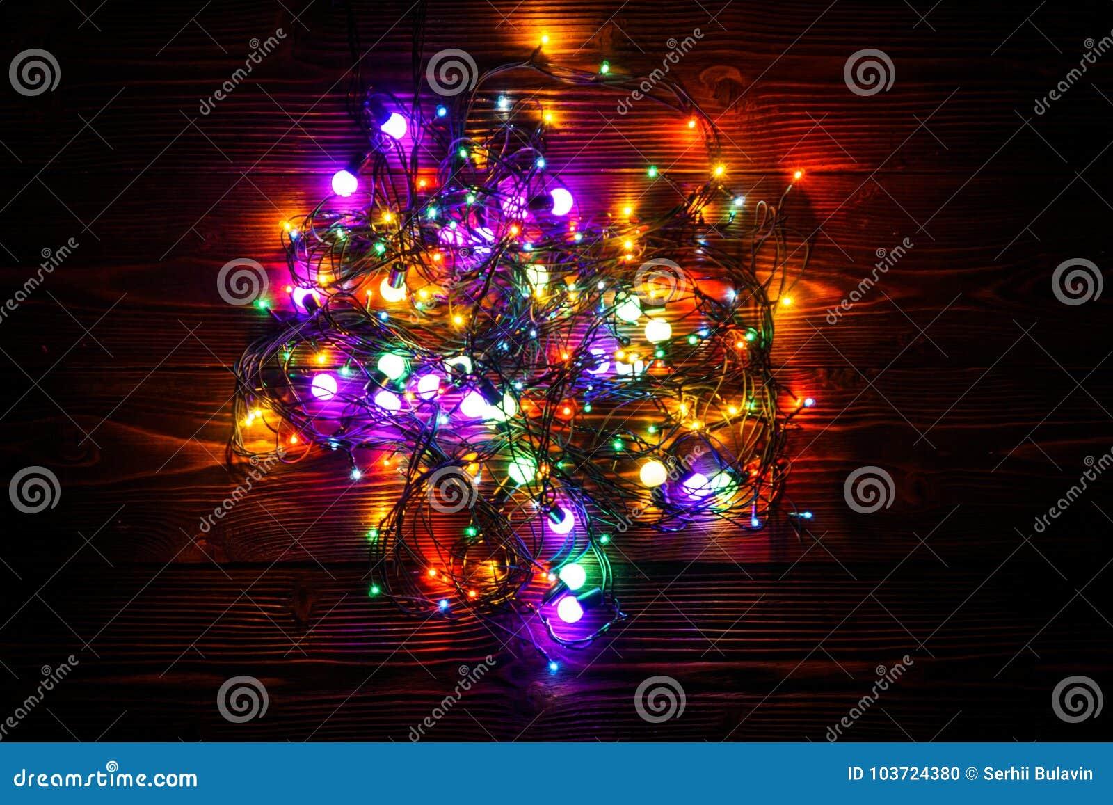Corona e ghirlande delle lampadine colorate fondo di natale con le