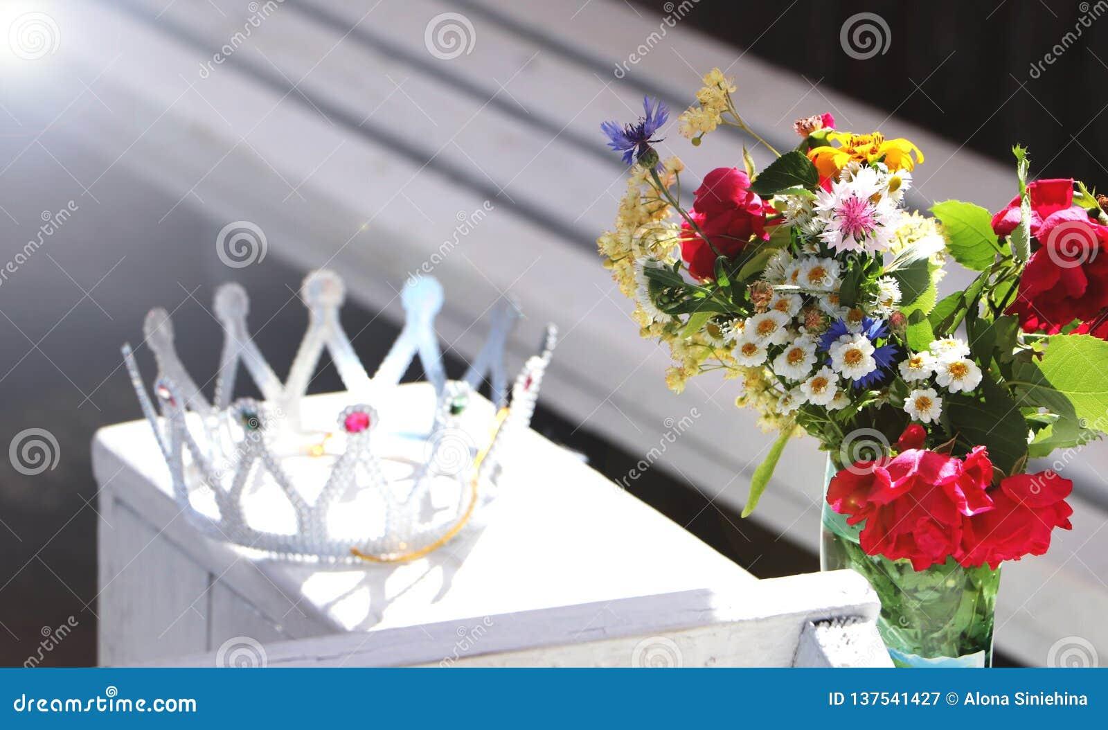 Corona hermosa y flores salvajes El concepto de un partido o de un cumpleaños de la soltera