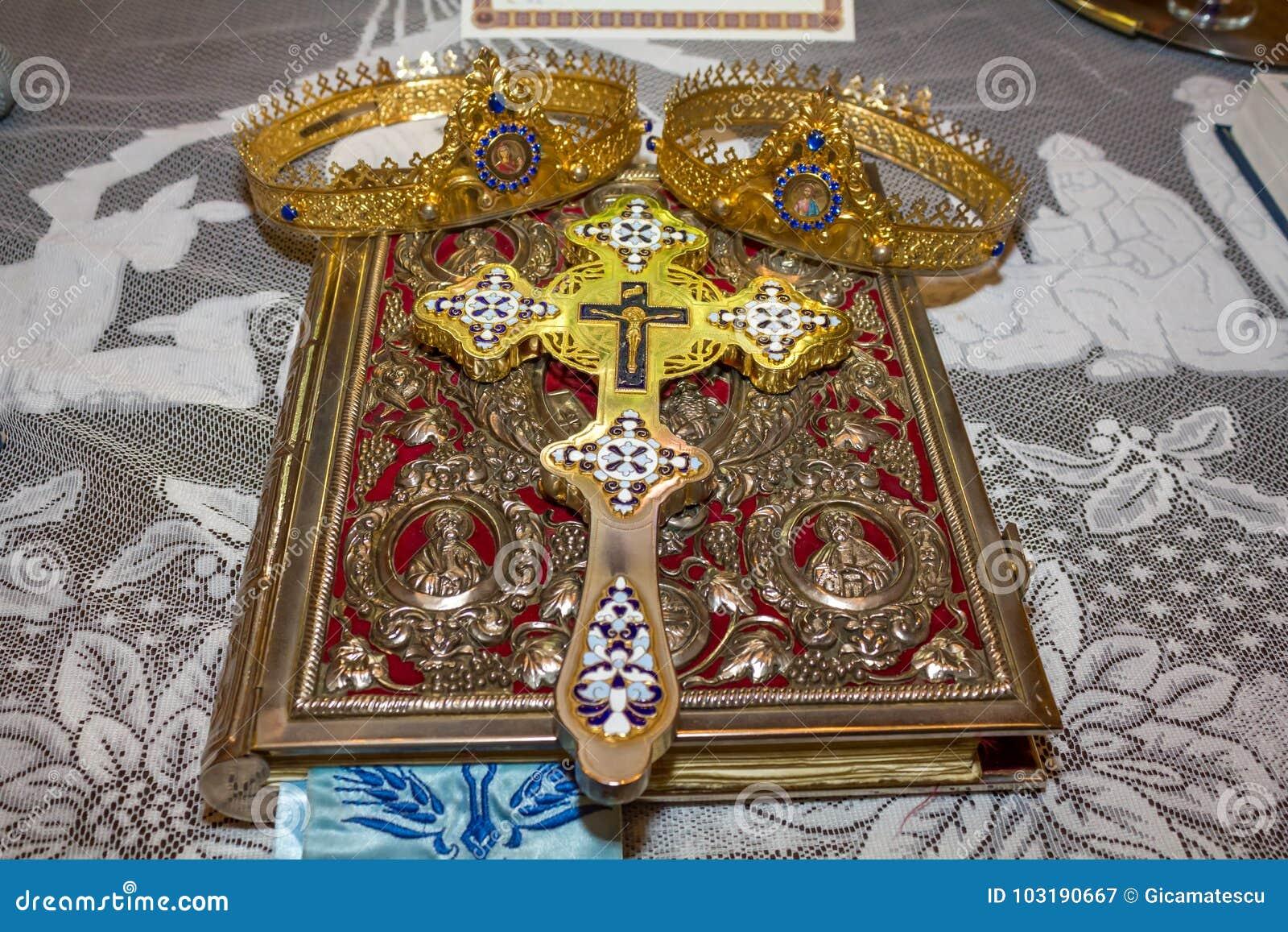 Coronas y biblia de la boda