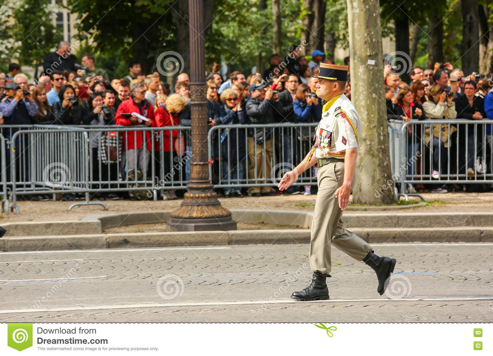 Coronel na parada militar (desfile) durante o ceremonial do dia nacional francês, avenida de Elysee dos campeões