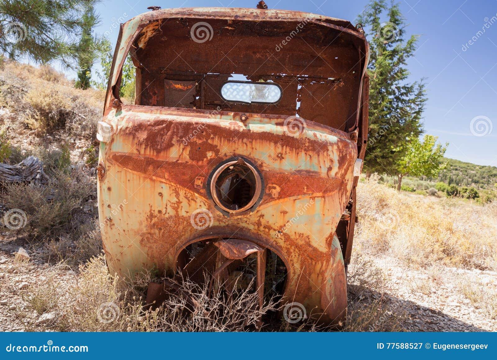 Corpo arrugginito abbandonato del veicolo industriale