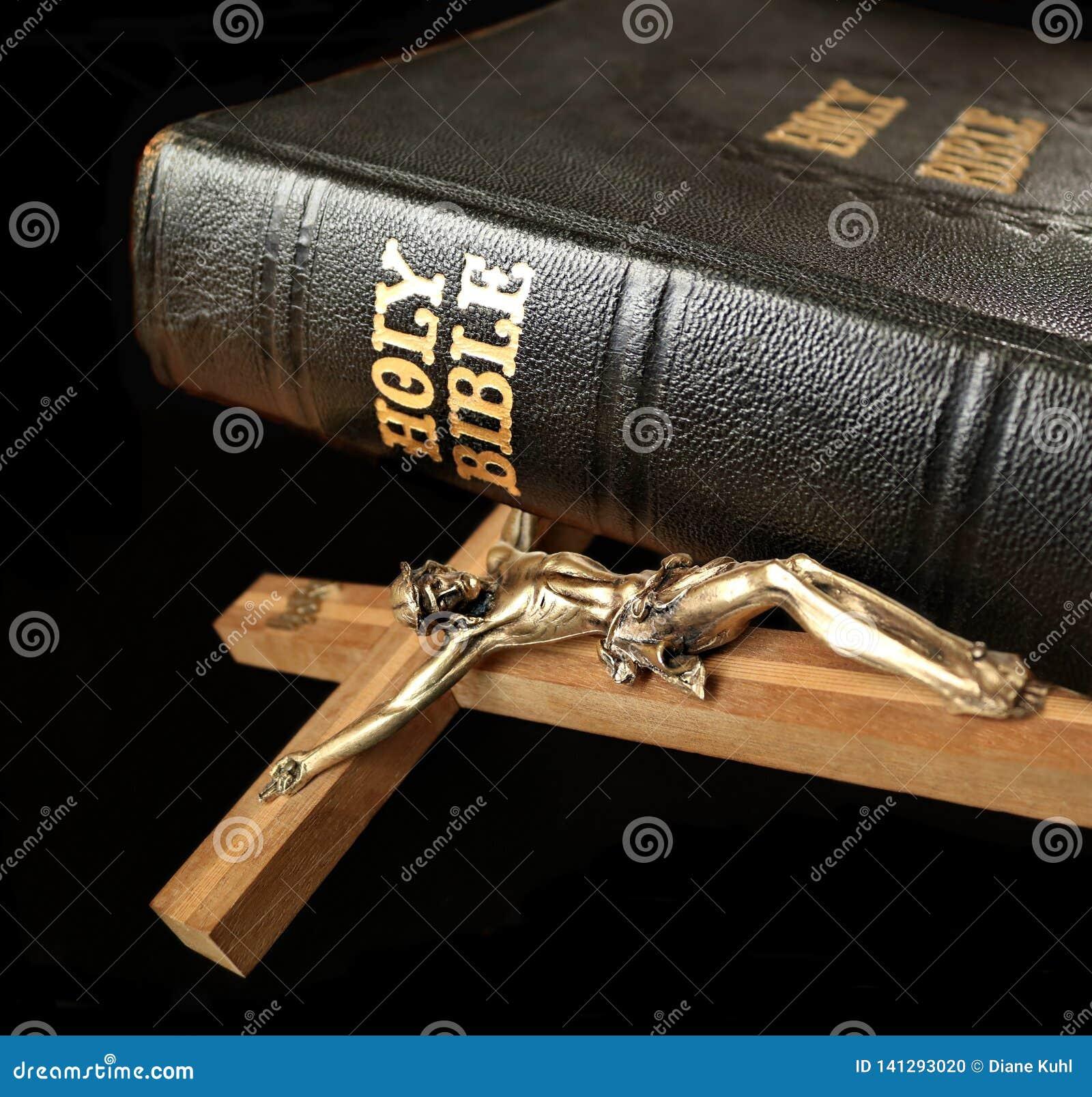 Corpo di Gesù sull incrocio con il posto della bibbia santa sul bordo