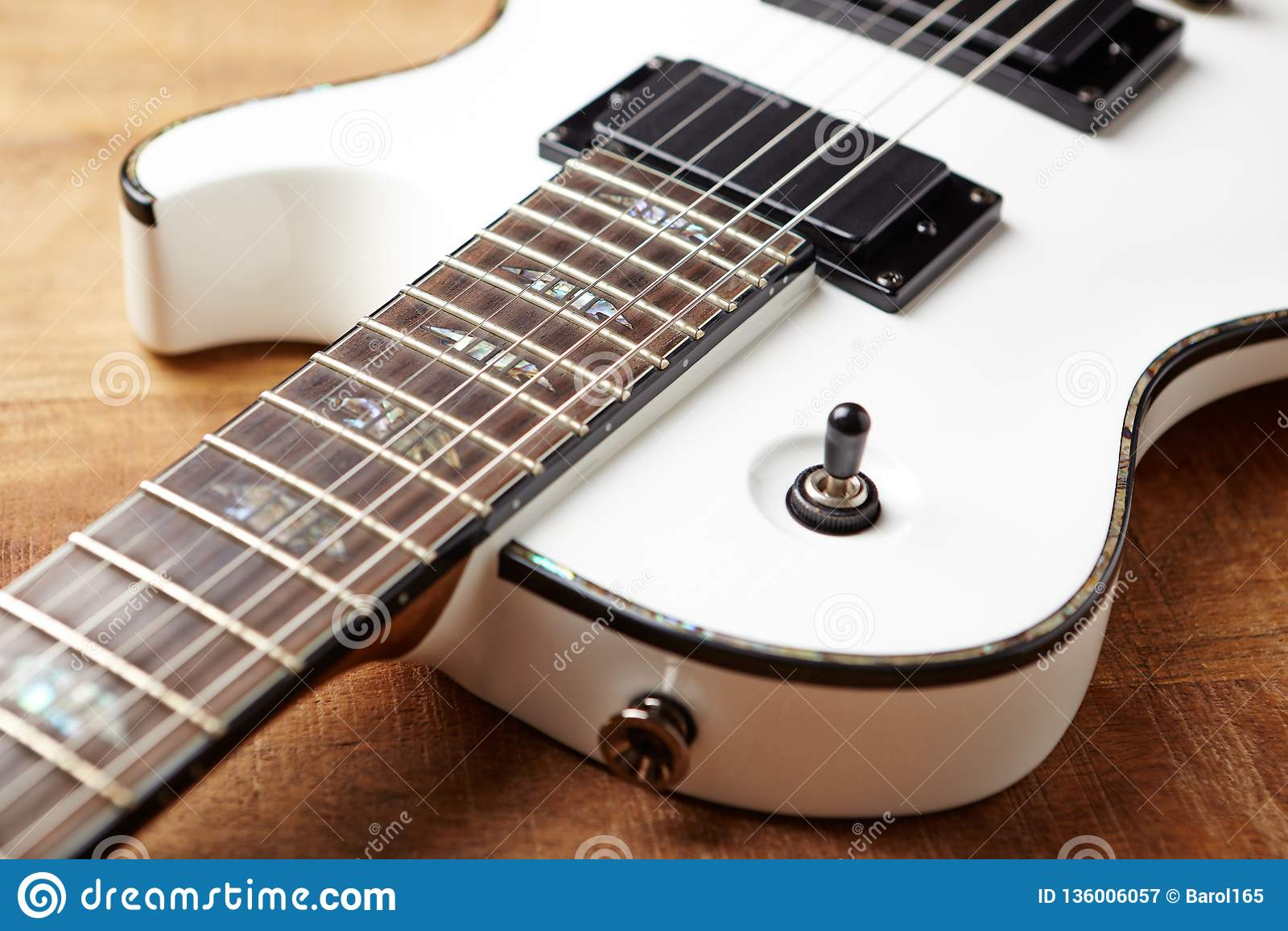 Corpo e fretboard della chitarra elettrica moderna