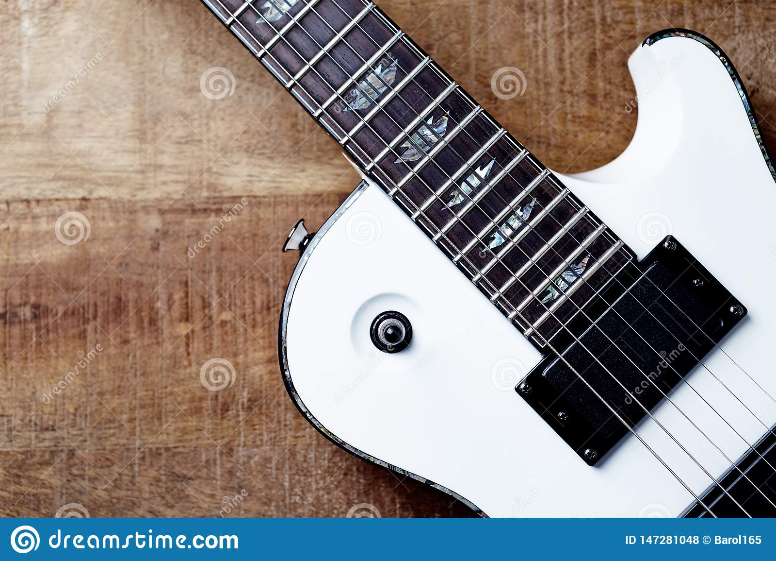 Corpo e fretboard della chitarra elettrica moderna su fondo di legno rustico T