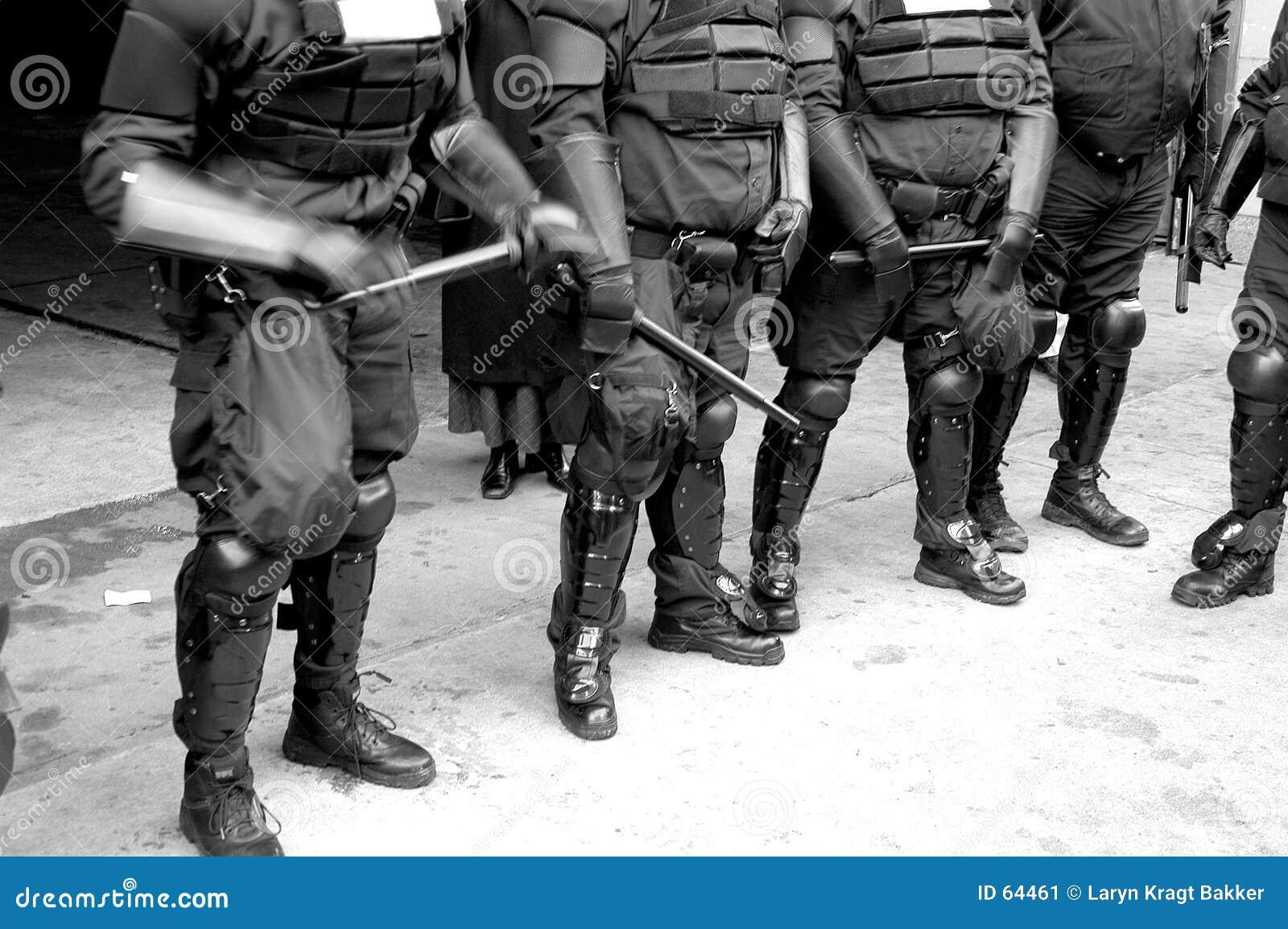 Corpos da polícia no equipamento anti-motim