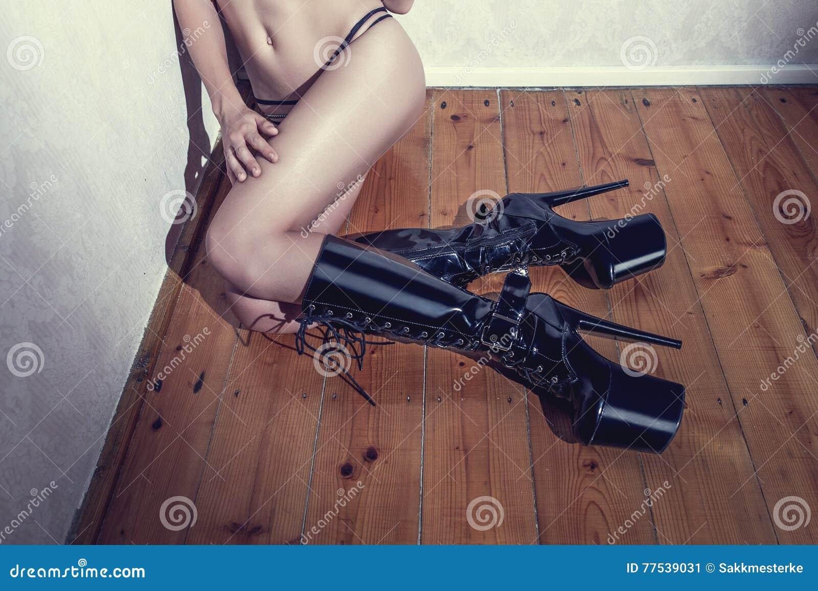 Corps Sexy De Femme Dans Des Bottes De Latex De Talon Haut